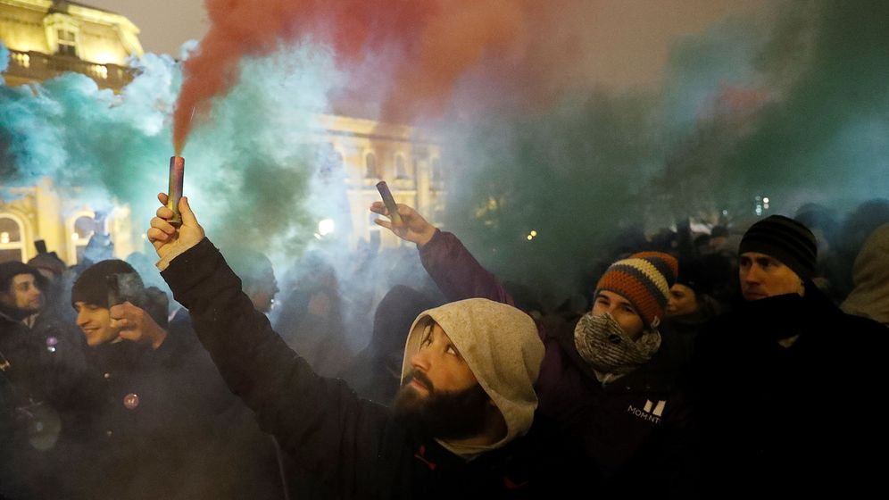 Foto: Protesta contra la nueva legislación laboral del Gobierno de Víktor Orbán, en Budapest, el 21 de diciembre de 2018. (Reuters)
