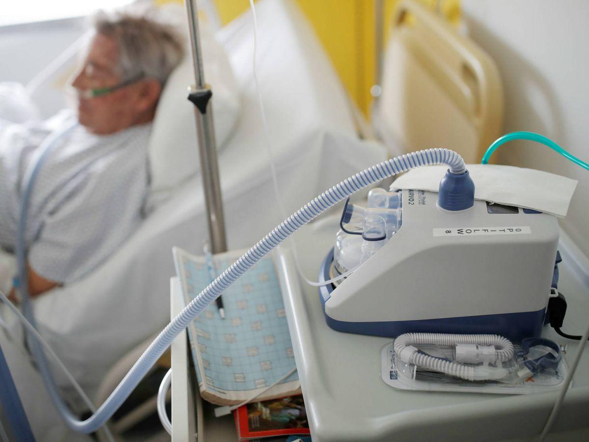 Foto: Un paciente de coronavirus junto a su respirador nasal. (Reuters)