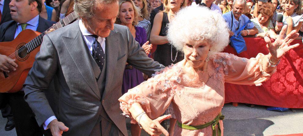 Foto: Fotografía de Doña Cayetana de Alba y Alfonso Díez el día de su boda. (Gtres)