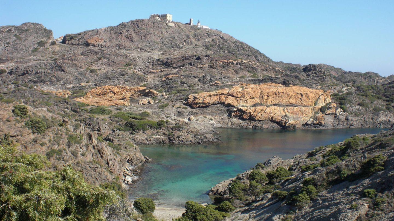Un rincón del Cabo de Creus y en lo alto el faro. (Empordà Turisme)