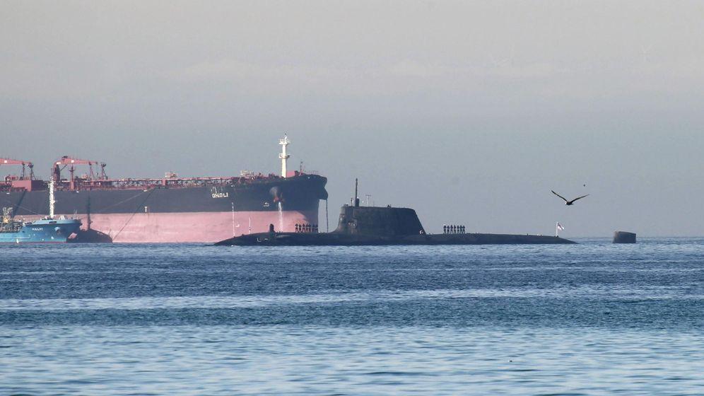 Foto: Un submarino nuclear, a su entrada en el puerto de Gibraltar en el mes de junio pasado. (EFE)