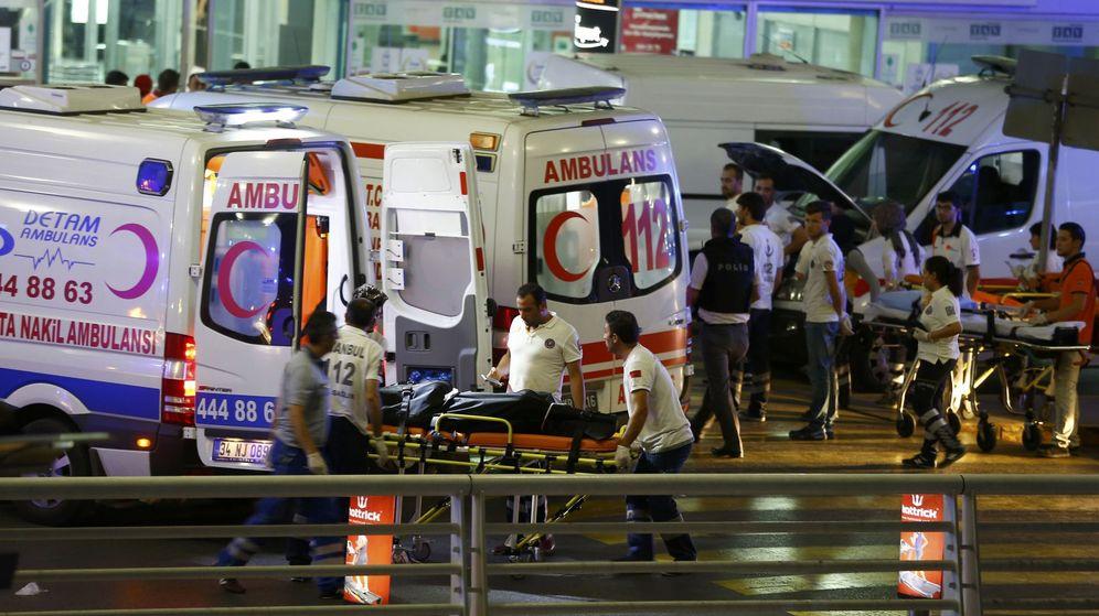 Foto: Varios ambulancias atienden a los heridos tras el atentado en el aeropuerto de Estambul. (Reuters)
