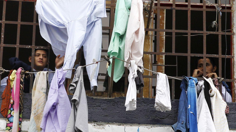 Presos miran hacia el exterior en un pabellón de la cárcel de Lugirancho, en Perú (Reuters).