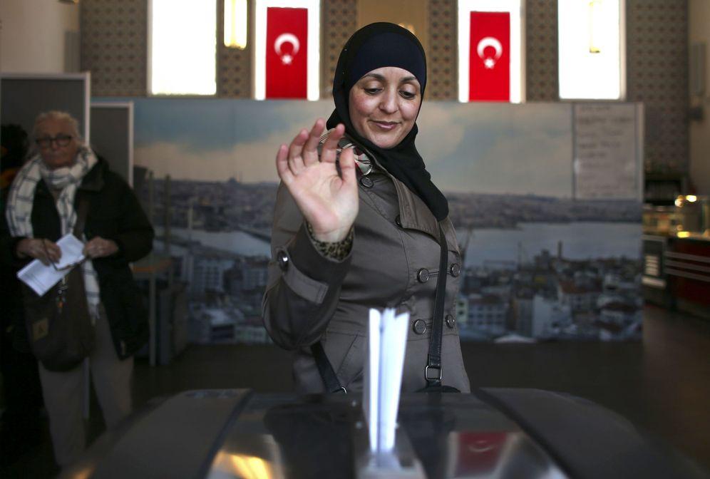 Foto: Una mujer musulmana vota en un colegio electoral instalado en una mezquita de Ámsterdam. (Reuters)