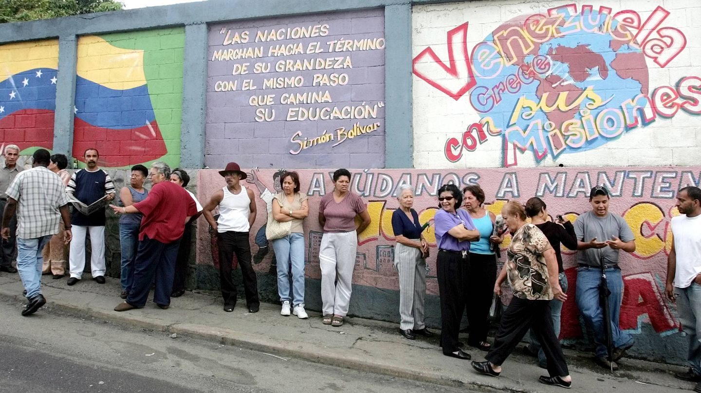Colas en un colegio electoral en Caracas, el 31 de octubre de 2004. (Reuters)
