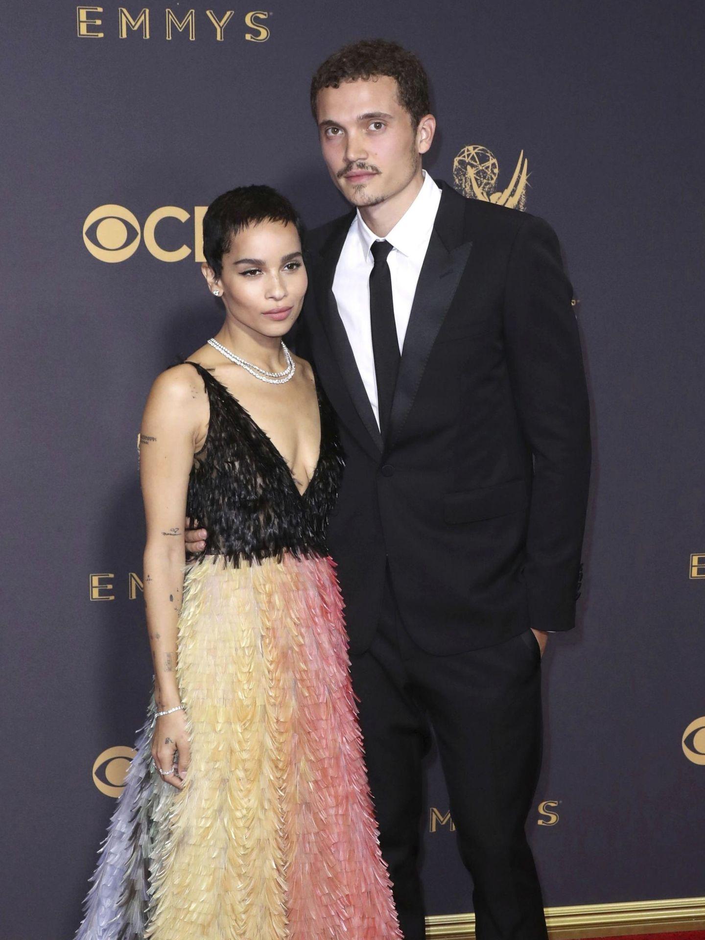 Zoë Kravitz y Karl Glusman en la 69 edición de los Emmy, en Los Ángeles. (EFE)