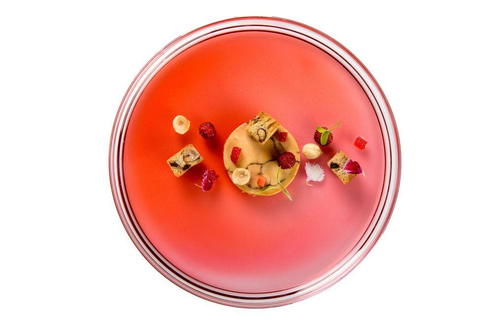 Foto: Foie gras con cacao, cilantro, hibiscus y fresas. En Beat.