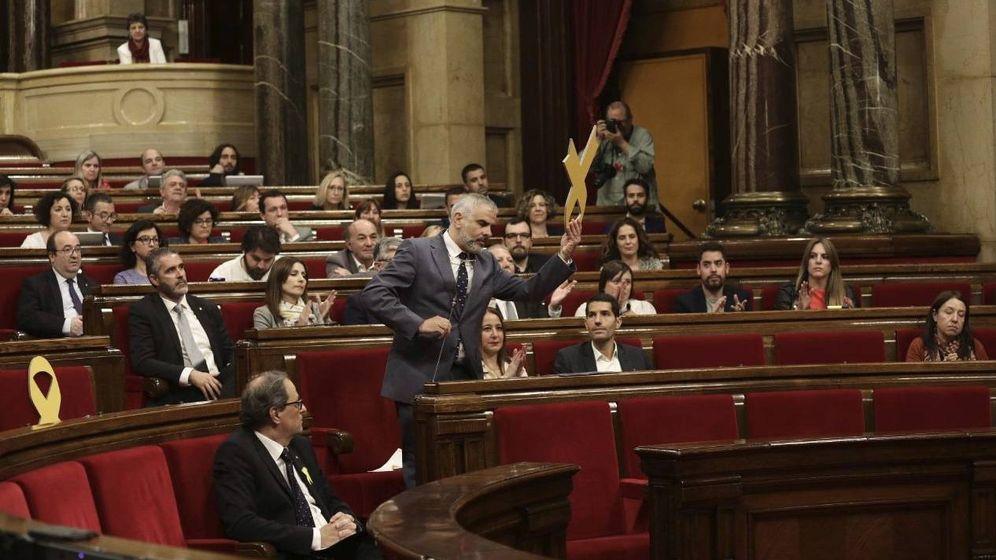 Foto: Momento en el que Carlos Carrizosa retira el lazo amarillo de la bancada del Govern.