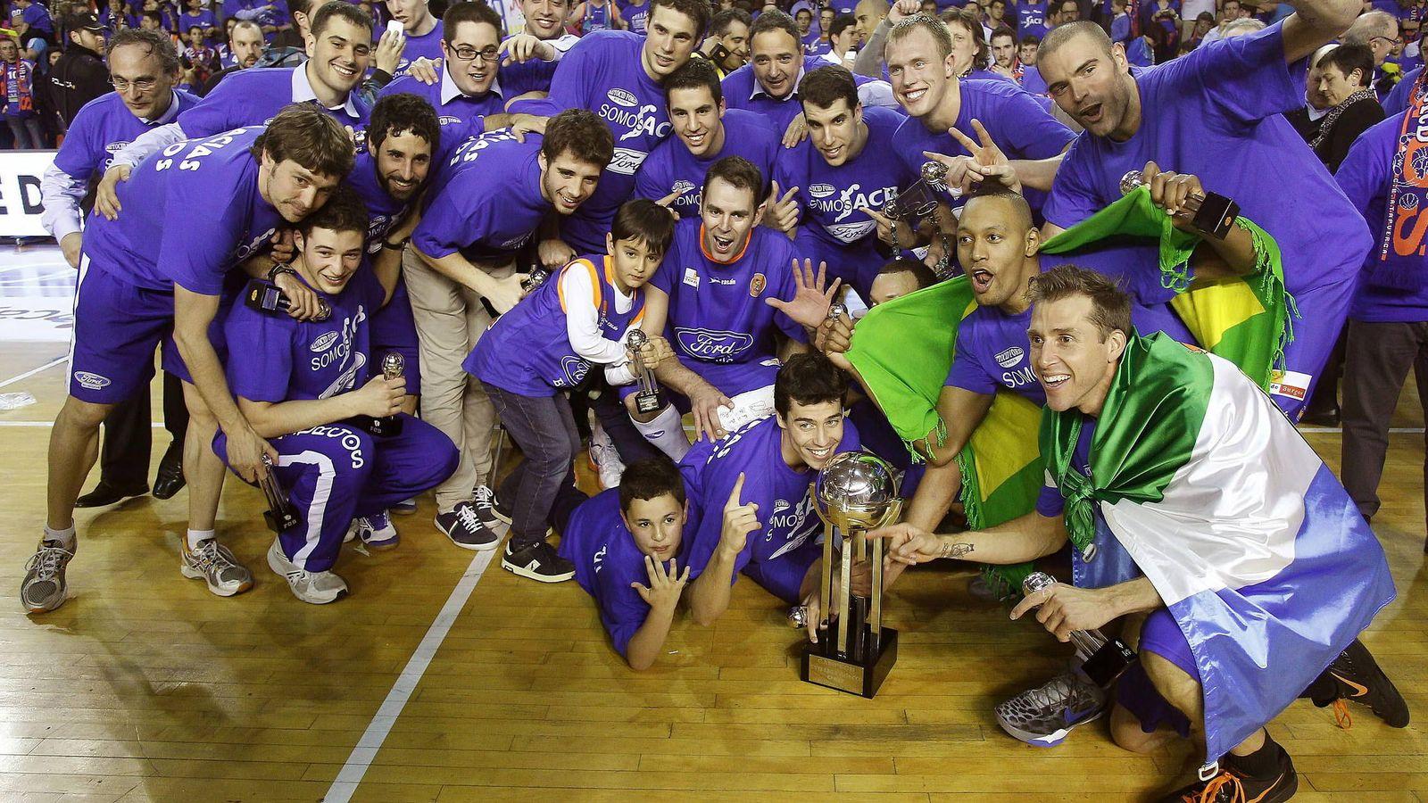 Foto: Los jugadores de Ford Burgos celebran el primer ascenso a la ACB en abril de 2013 (Efe)