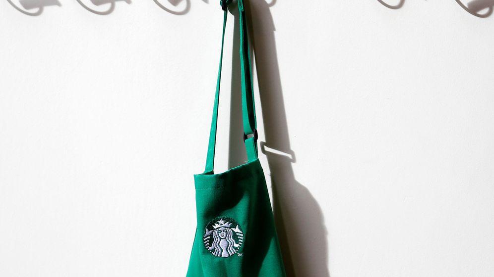 Foto: Un delantal con el logo de Starbucks (Reuters)