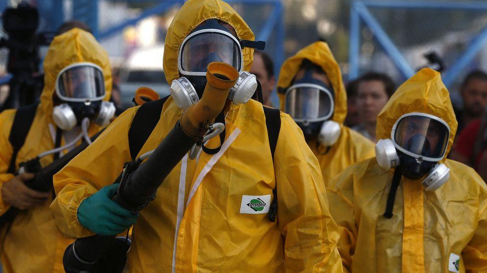 Foto: Agentes de la secretaría municipal de salud de Río desinfectan la ciudad para evitar el virus Zika (Efe).