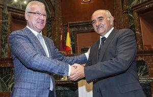 El sucesor de Valcárcel asume hoy su herencia... incluidos sus dos consejeros imputados