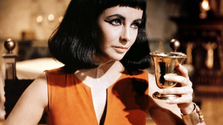 Elizabeth Taylor en su papel de Cleopatra.  (Fotograma)