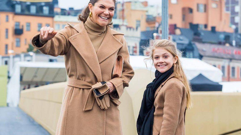 El look conjuntado de Victoria de Suecia con su hija Estelle (y el bolso de esta)