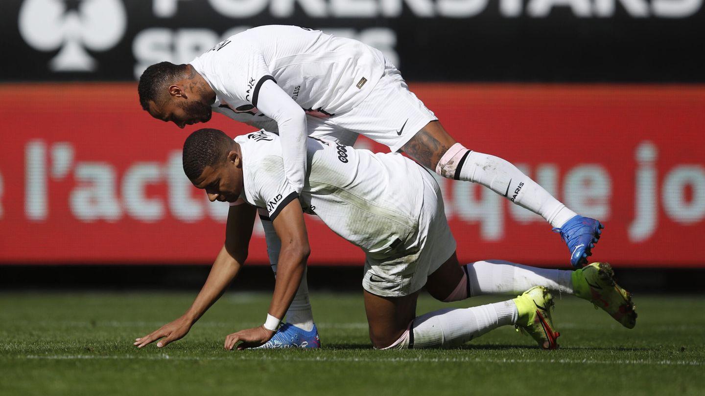 Mbappé, junto a Neymar. (Reuters)