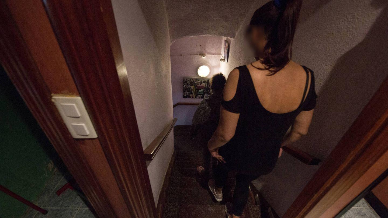 Dos mujeres bajan la escalera que une las habitaciones con el club Olimpo. (D.B.)