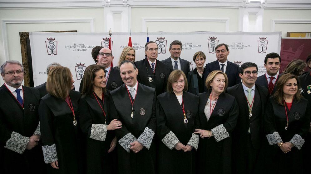 Foto: El decano José María Alonso (3i detrás), junto al resto de la junta de gobierno del ICAM. (EFE)