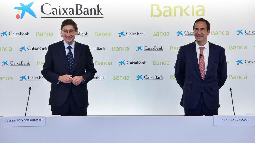 Foto: José Ignacio Goirigolzarri (i), presidente de Bankia, y Gonzalo Gortázar, CEO de CaixaBank. (EFE)