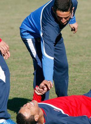Luis fabiano se enfrenta a Manolo Jiménez durante el entrenamiento