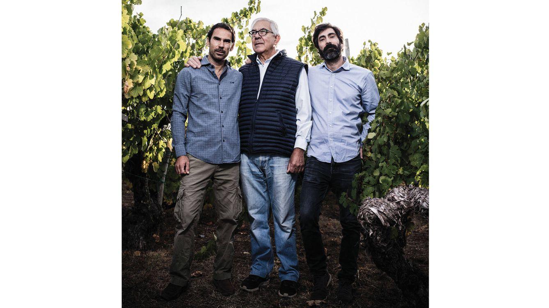 Foto: Borja, Francisco y Raúl Prada, sexta y séptima generación de una familia guardiana de la tradición vinícola gallega.