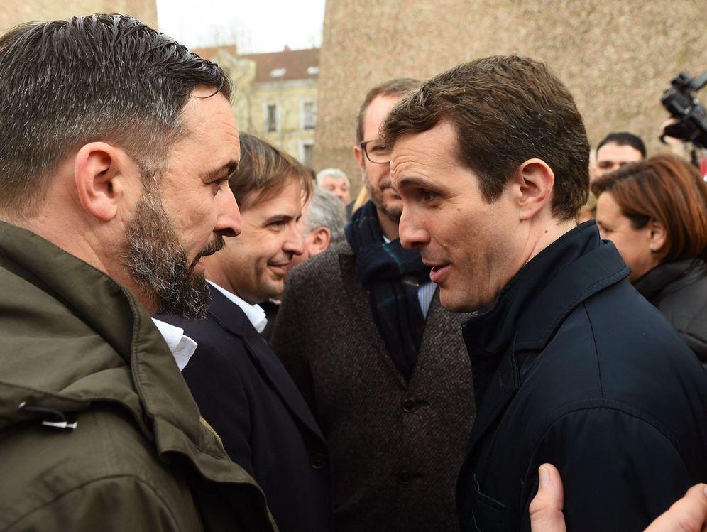 Foto: Pablo Casado, con el líder de Vox, Santiago Abascal, el pasado 10 de febrero en la concentración de la plaza de Colón de Madrid. (EFE)