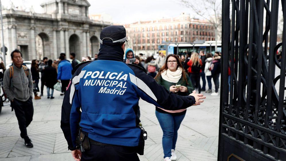 Foto: Agente de policía cierra el paso a viandantes (Efe)