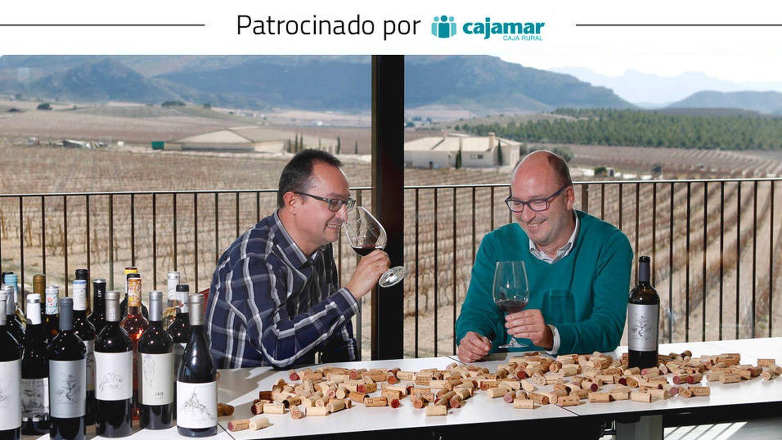 Foto: Ángel y Miguel Gil, en la bodega familiar de Jumilla (Murcia). (Enrique M. Bueso/La Verdad)