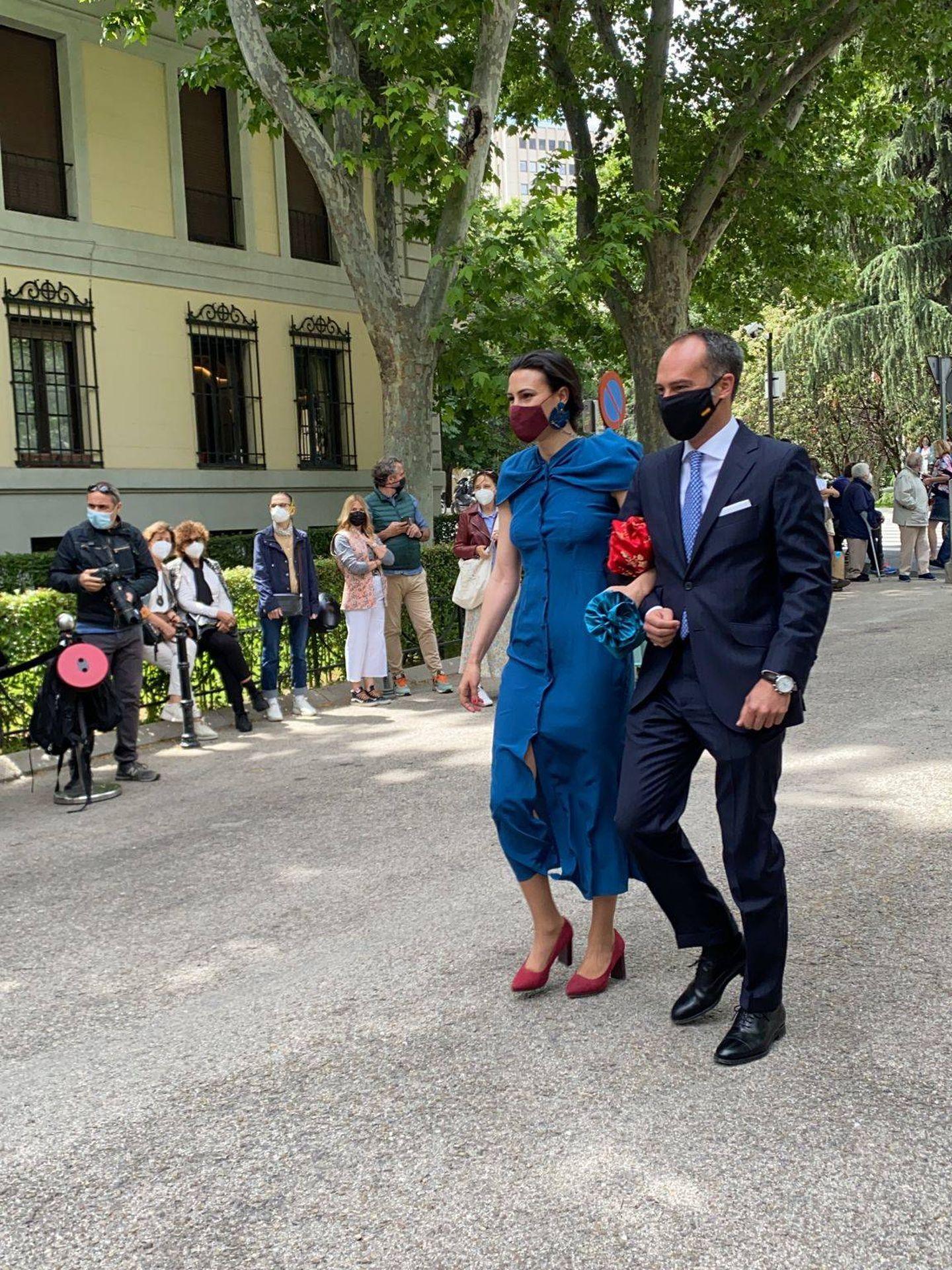 Una pareja de invitados. (P.I.)