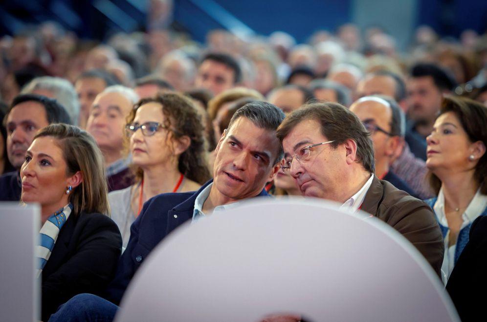 Foto: Pedro Sánchez charla con el presidente extremeño, Guillermo Fernández Vara, este 17 de febrero en Mérida. (EFE)