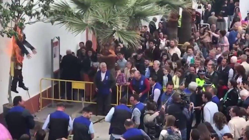 Tirotean y queman a un Judas con forma de Puigdemont en Coripe (Sevilla)