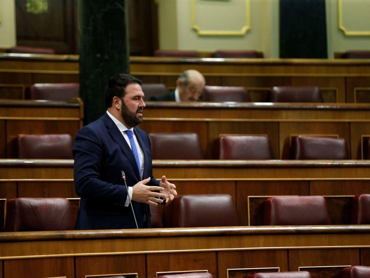Foto: El diputado de EH-Bildu Jon Iñarritu, durante su intervención en la sesión de control al Ejecutivo celebrada este miércoles en el Congreso. (EFE)