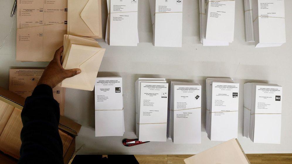 Foto: Instalación de papeletas y urnas en colegios electorales. (EFE)