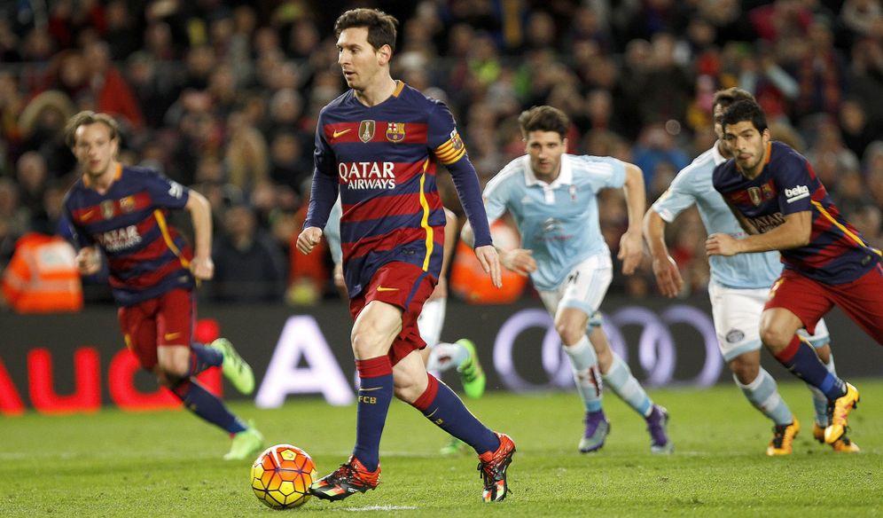 Foto: Messi, en el momento de lanzar el penalti en el que cedió el balón a Luis Suárez. (EFE)