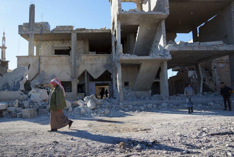 Foto: Un hombre camina cerca de un edificio destruido por un bombardeo ruso en la localidad de Abtaa, al sur de Siria, el 6 de enero de 2016. (Reuters)