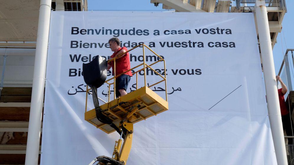 Foto: Un cartel de bienvenida al Aquarius en el Puerto de Valencia. (EFE)