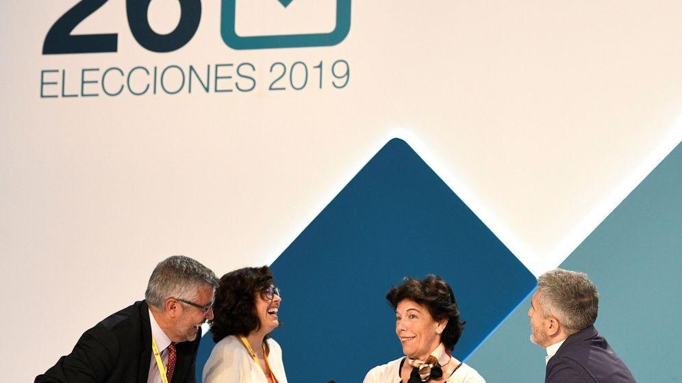 Foto: Isabel Celaá y Fernando Grande-Marlaska (derecha), la noche electoral. EFE