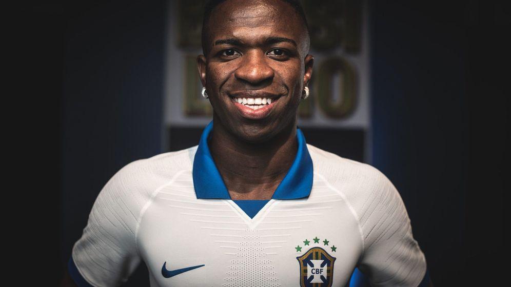 Foto: Vinicius presenta la camiseta blanca que Brasil usará Brasil en la Copa América. (Efe)