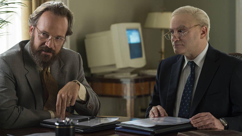 Imagen del primer episodio con Schmidt y Richard Clarke (Michael Stuhlbarg) en la imagen.