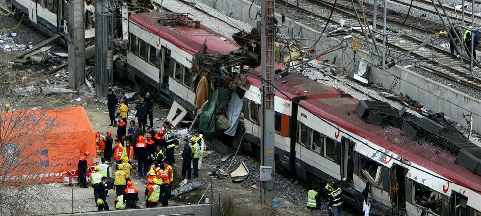 Foto: Equipos de rescate en uno de los trenes del 11M. (Reuters)