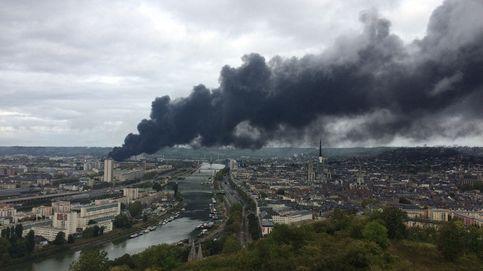 Impresionante columna de humo en Rouen tras el incendio en la petroquímica