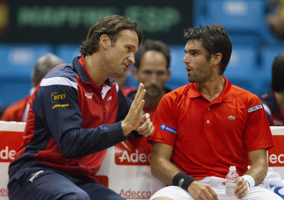 Foto: Carlos Moyá da instrucciones a Pablo Andújar durante la eliminatoria perdida con Brasil (EFE)