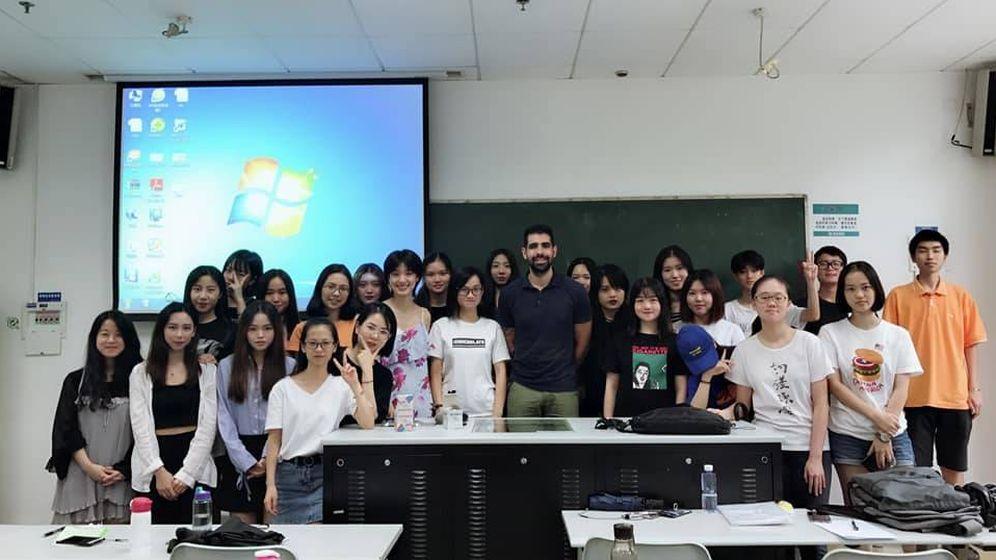 Foto: Alejandro Vázquez y sus alumnos universitarios.