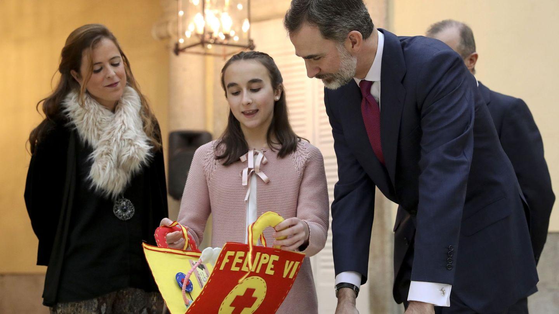 Felipe VI, con los niños ganadores del concurso escolar '¿Qué es un rey para ti?'. (EFE)
