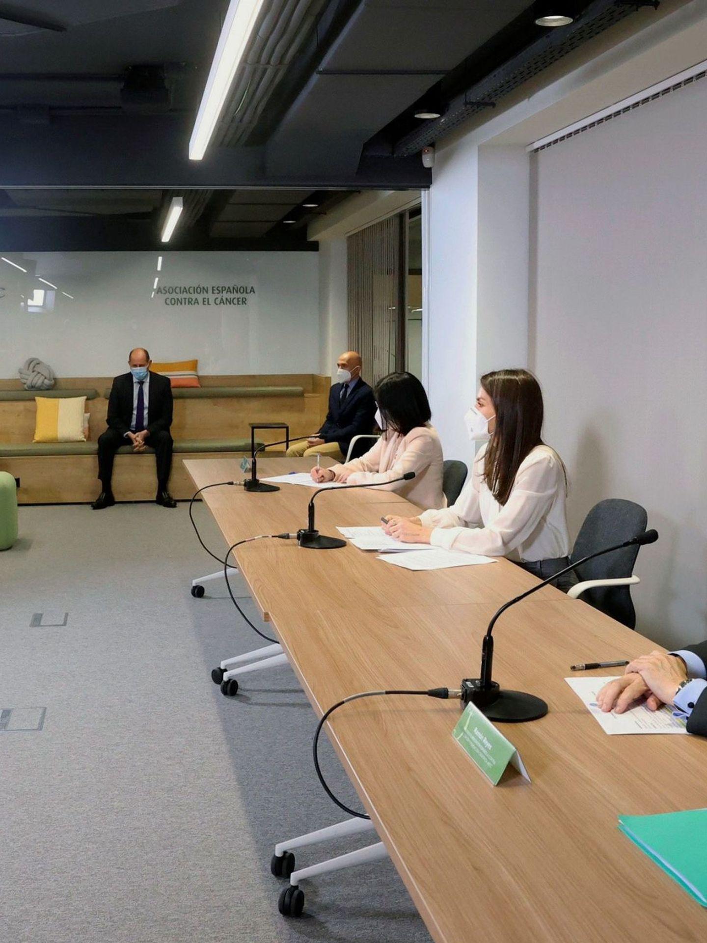 La reina Letizia, en una reunión de trabajo de la Asociación Española Contra el Cáncer. (EFE)