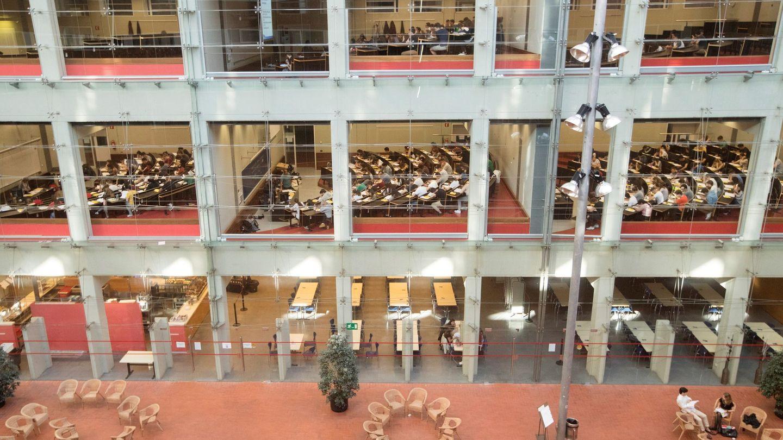 Un grupo de estudiantes al inicio del examen de selectividad en la Universitat Pompeu Fabra. (Efe)