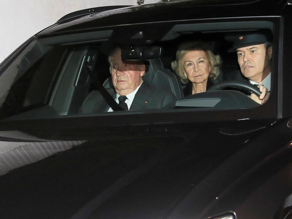 Foto: Los reyes eméritos de España Juan Carlos I y doña Sofía, a su llegada a la capilla ardiente de la infanta Pilar de Borbón. (EFE)