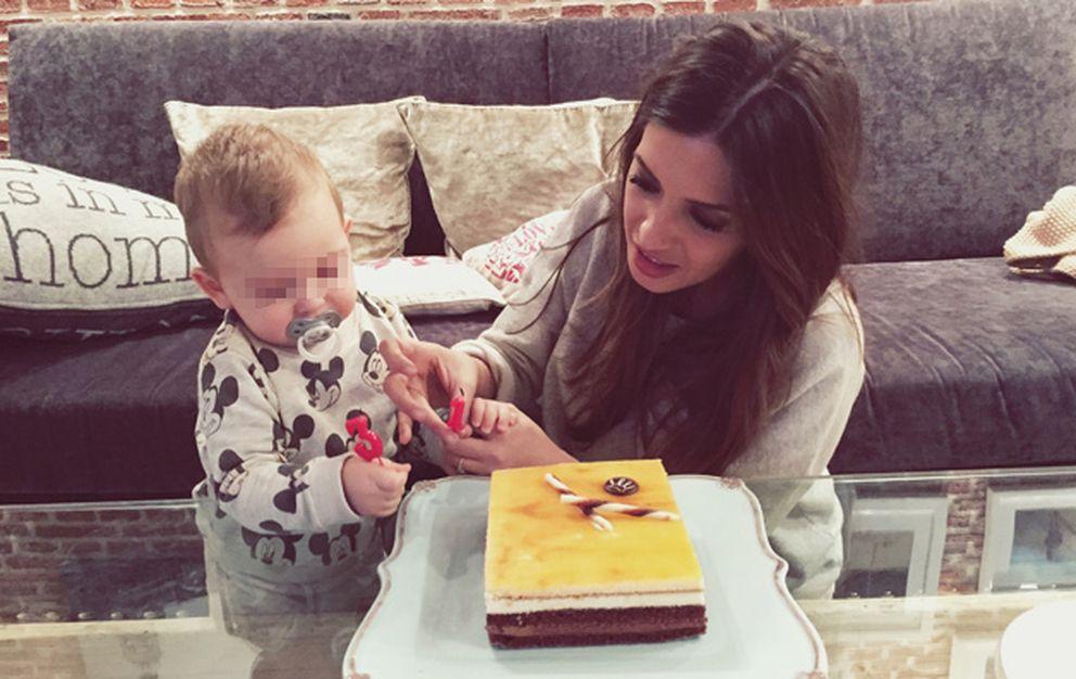 Foto: Martín Casillas Carbonero ayuda a su madre a poner las velas de la tarta (Hola)