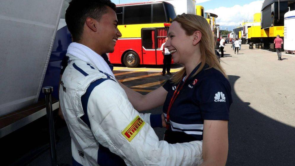 Foto: Ruth Buscombe junto a Pascal Wehrlein, de Sauber. (Foto Twitter @RuthBuscombe)