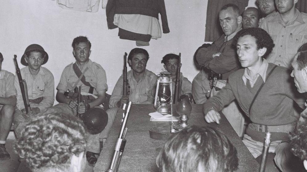 Foto: Abba Kovner (derecha) durante la Guerra árabe-israelí de 1948. (Wikimedia Commons)