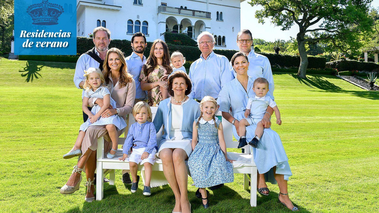 Foto: La familia real sueca al completo, en los jardines del castillo de Solliden. (Öland)